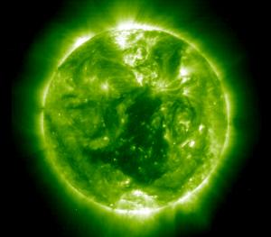 ბ) მზის კორონა მაქსიმუმის დროს, SOHO EIT 195, 1999/12/04 19:51:38 ნახაზი 3. კორონული ხვრელები მზის მინიმუმის (ა) და მაქსიმუმის დროს (ბ).