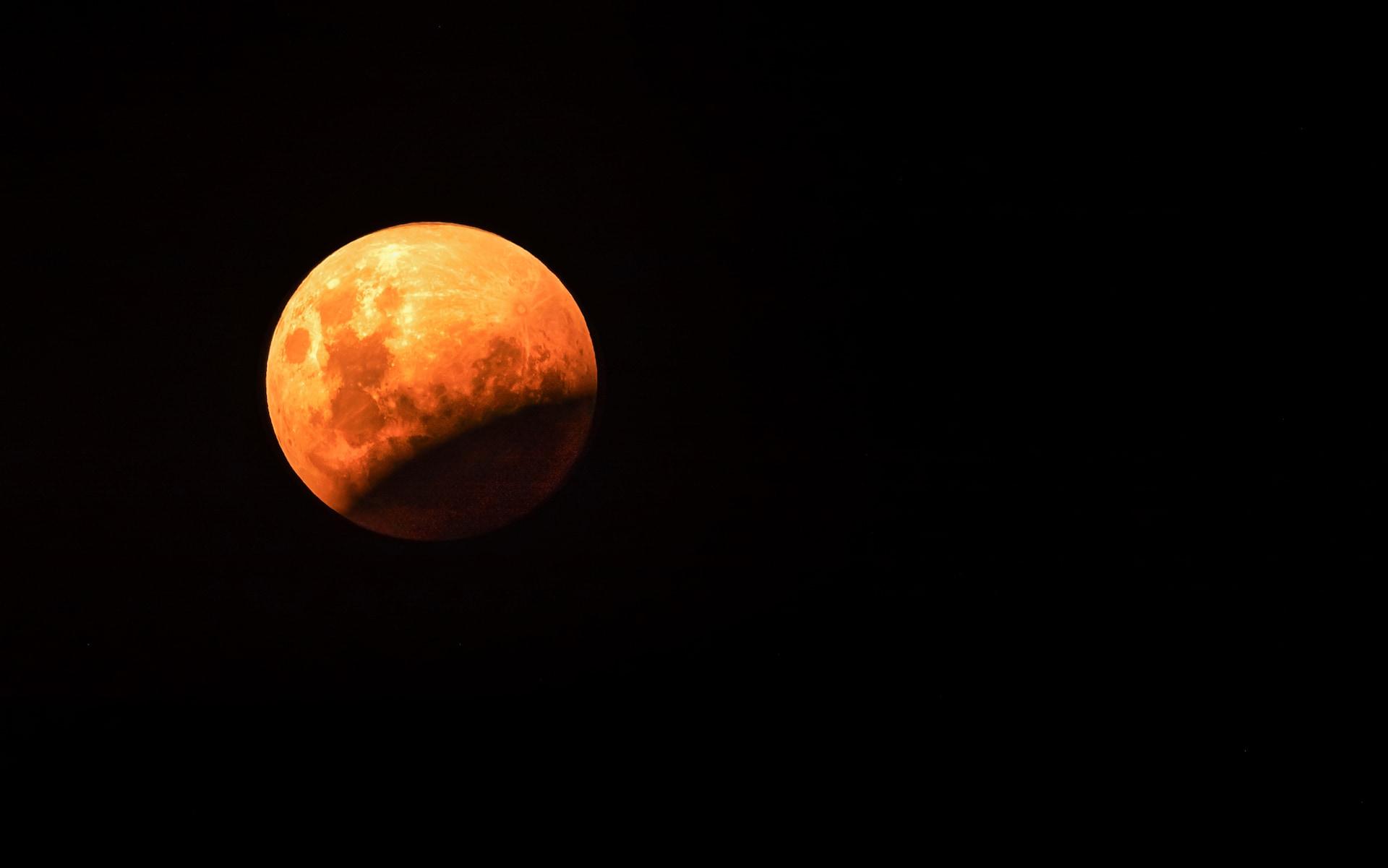 lunar-eclipse-GettyImages-930083724